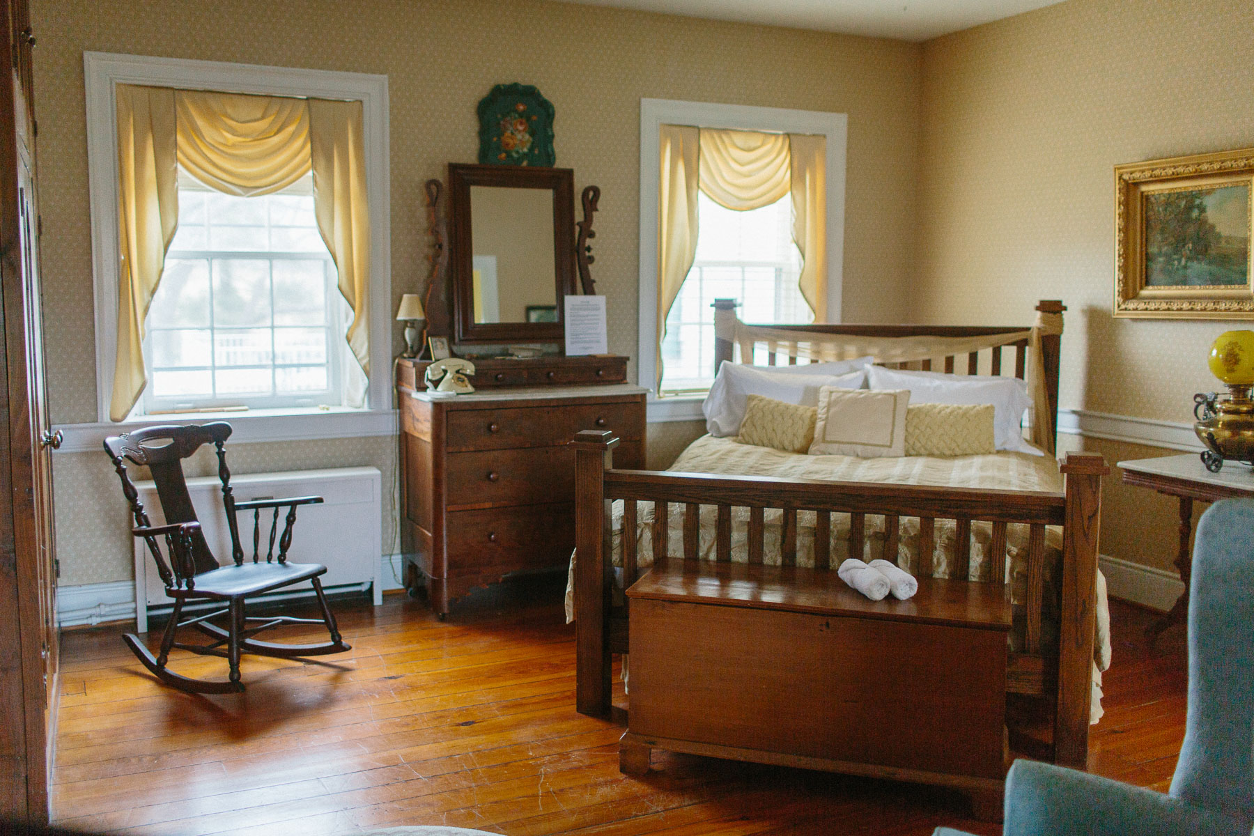 cozy virginia bed and breakfast - the gold room